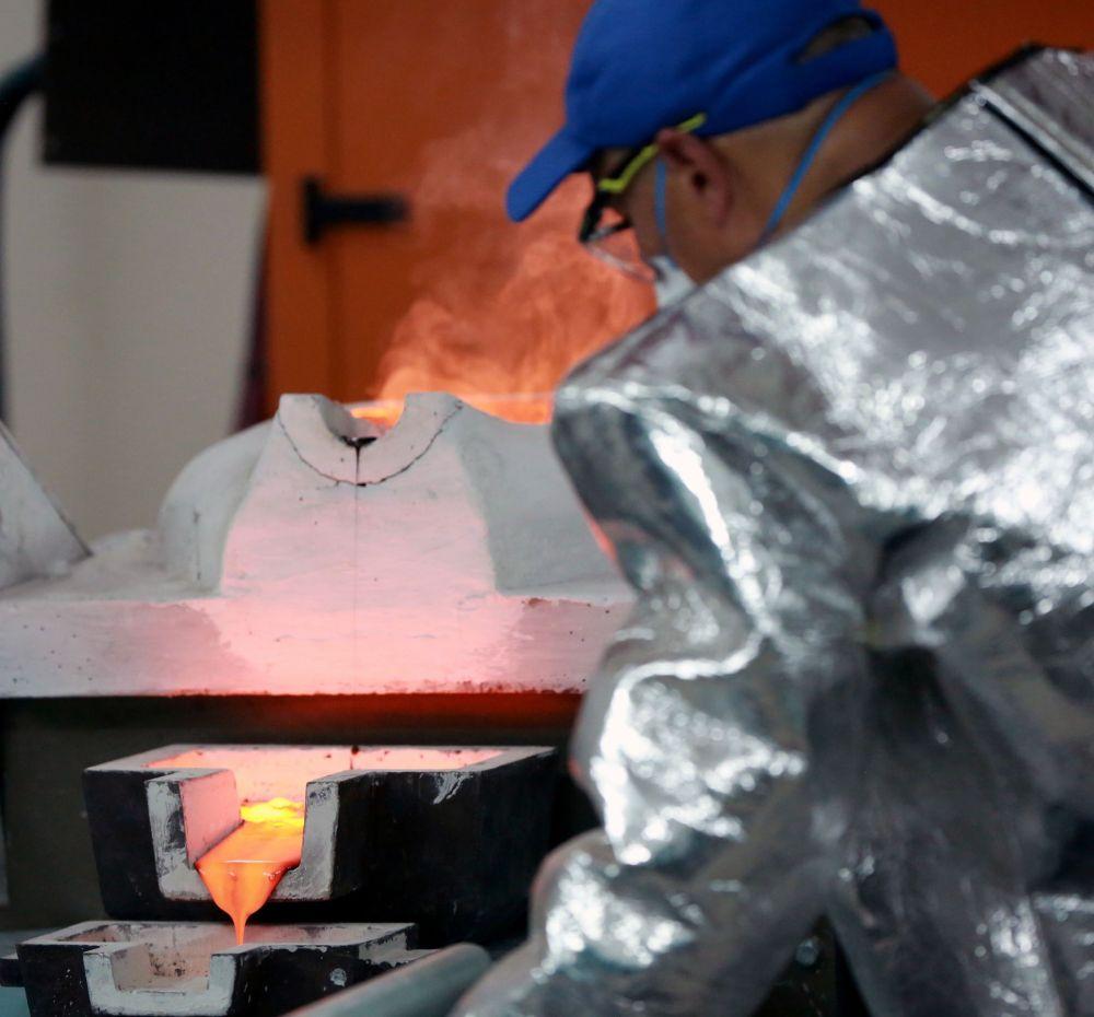 Таластагы алтын-кен комбинатындагы химиялык-металлургиялык цехинде алтын куймасы алынды. Жер-Үй Кыргызстандагы алтындын көлөмү боюнча экинчи кен болуп саналат. Анда алтындын запасы 90 тоннаны түзөт, ал эми күмүш 25 тонна. Кенде бардык табигый ченемдерге жана стандарттарга шайкеш келе турган алдыңкы технологиялар жана жабдуулар пайдаланылат.