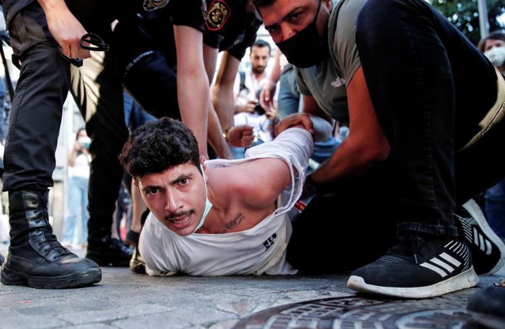 Стамбул полициясы Суручтагы террордук актынын жылдыгына арналган нааразычылык акциясындагы активисттерди кармап жатат
