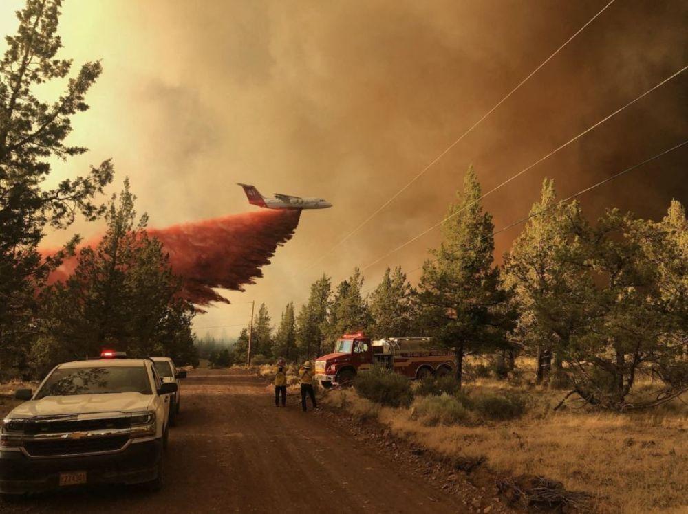 АКШнын Орегон штатындагы Грандвьюда учак токойдогу өрткө жалынды басаңдатуучу заттарды (оттун жайылышын басаңдатуучу атайын каражат менен суунун аралашмасы) чачып жатат