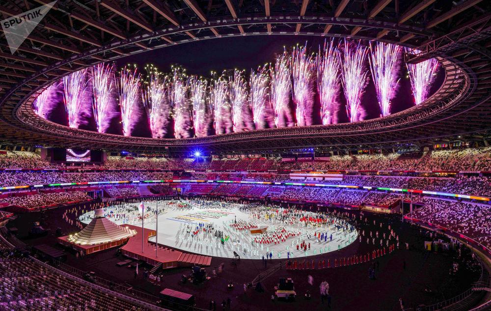 Токиодогу XXXII жайкы Олимпиада оюндарынын ачылышындагы спортчулардын парадында атылган салют. Азем көрүүчүлөрсүз өттү. Мындай чечим коронавирустун жайылып кетүү коркунучунан улам кабыл алынган. Аренада 950 киши турду. Ачылыш салтанатка 205 өлкөнүн жана качкындардын олимпиадалык командасынын спортчулары катышты.