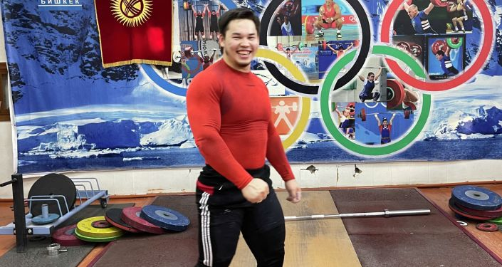 Тяжелоатлет из Кыргызстана Бекдоолот Расулбеков во время тренировок. Архивное фото