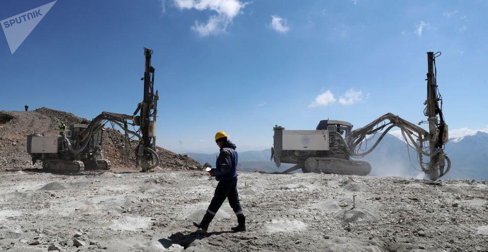 Бурение взрывных скважин на месторождении Джеруй в Киргизии.