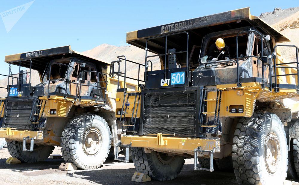 Карьерные  самосвалы во время восстановления после захвата рудника местными активистамина на территории Таласского золоторудного комбината в Кыргызстане