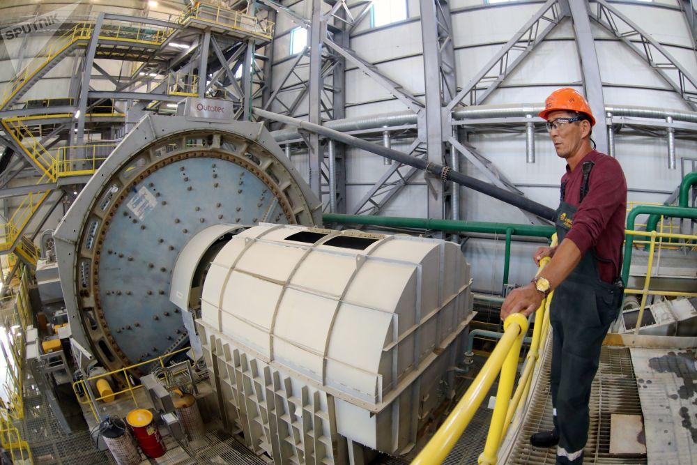 Сотрудник Таласского золоторудного комбината в Кыргызстане во время работы. Золоторудное месторождение Джеруй - второе по объемам золота месторождение Кыргызстана.