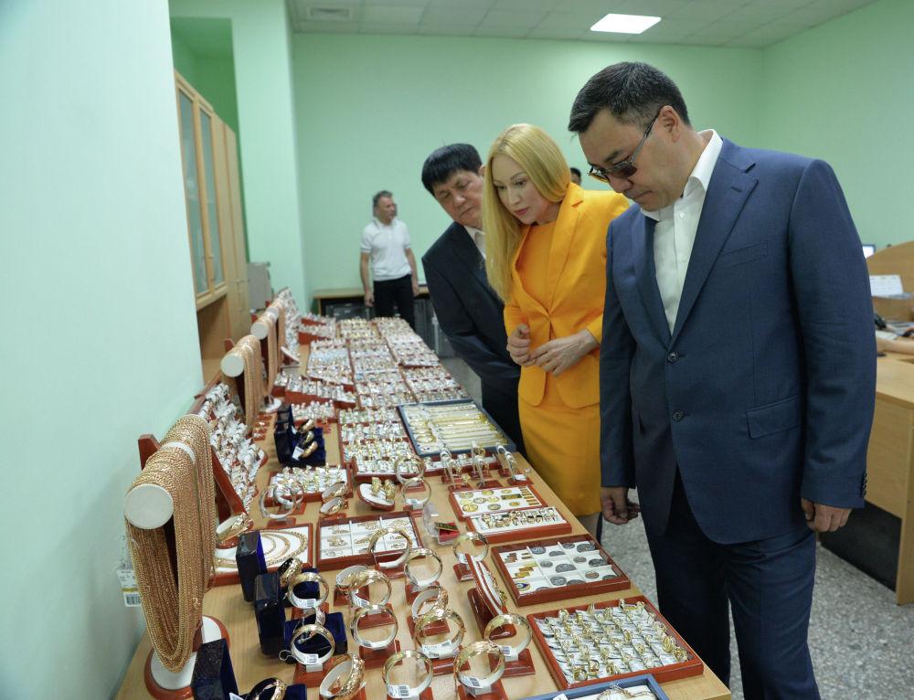 Президент Садыр Жапаров мамлекеттик-жеке өнөктөштүктүн алкагында ишке ашкан Кыргызалтын ювелирпром ишканасынын ачылышында болду