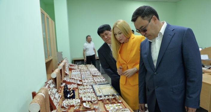 Президент Кыргызстана Садыр Жапаров во время посещения предприятия Кыргызалтын Ювелирпром