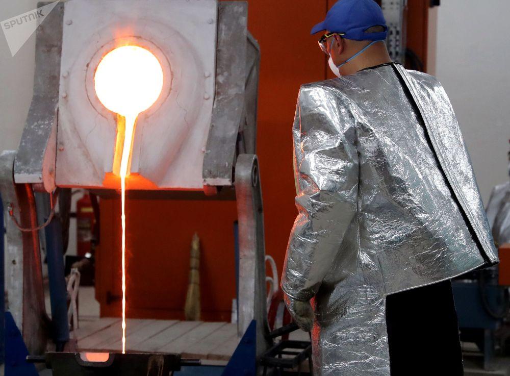 Получение золотого слитка в химико-металлургическом цехе Таласского золоторудного комбината в Кыргызстане