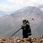 Сотрудник на территории Таласского золоторудного комбината в Кыргызстане