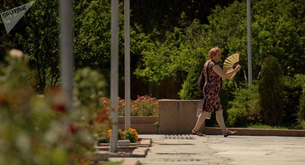 Женщина с веером во время аномальной жары в Бишкеке. Архивное фото