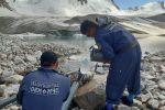 Сотрудники МЧС во время проведения работ по уменьшению объема воды в озере Адыгене Аламединского района