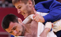 Россиянин Алан Хубецов (в белом) и Владимир Золоев из Кыргызстана в поединке по дзюдо среди мужчин в весовой категории до 81 кг во время Олимпийских игр в Токио, Япония. 27 июля 2021 года