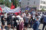 Митинг сторонников Асылбека Жээнбекова и Торобая Зулпукарова у Первомайского районного суда в Бишкеке