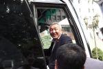 Сегодня, 27 июля, депутаты Жогорку Кенеша на автобусах отправились на встречу с президентом Садыром Жапаровым в госрезиденцию Ала-Арча.