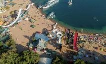 Пляж пансионата Золотые пески в селе Бостери на Иссык-Куле. Архивное фото