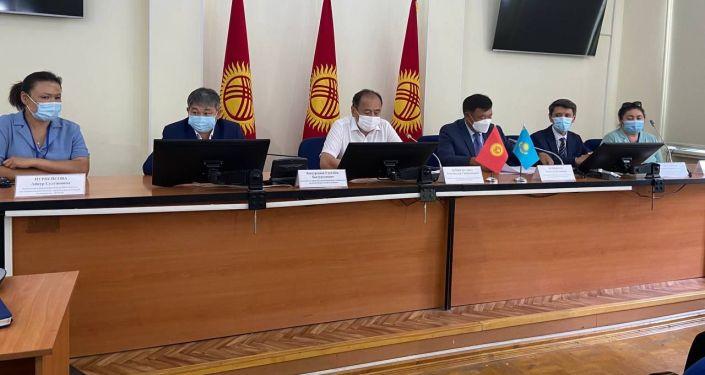 Встреча посла РК Рапиля Жошыбаева с главой Минздравсоцразвития Алымкадыром Бейшеналиевым во время доставки казахстанской вакцины QazVac в Бишкек. 28 июля 2021 года