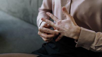 Девушка снимает кольцо с пальца. Иллюстративное фото
