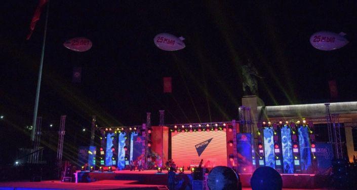 Логотип Sputnik на главной сцене, установленной для праздничного концерта в честь 25-летия независимости КР