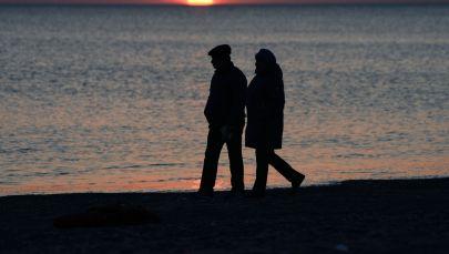 Пожилые мужчина и женщина у берега моря. Архивное фото