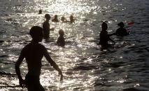 Отдыхающие на пляже люди. Архивное фото