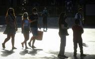 Люди в защитных масках на улице. Архивное фото