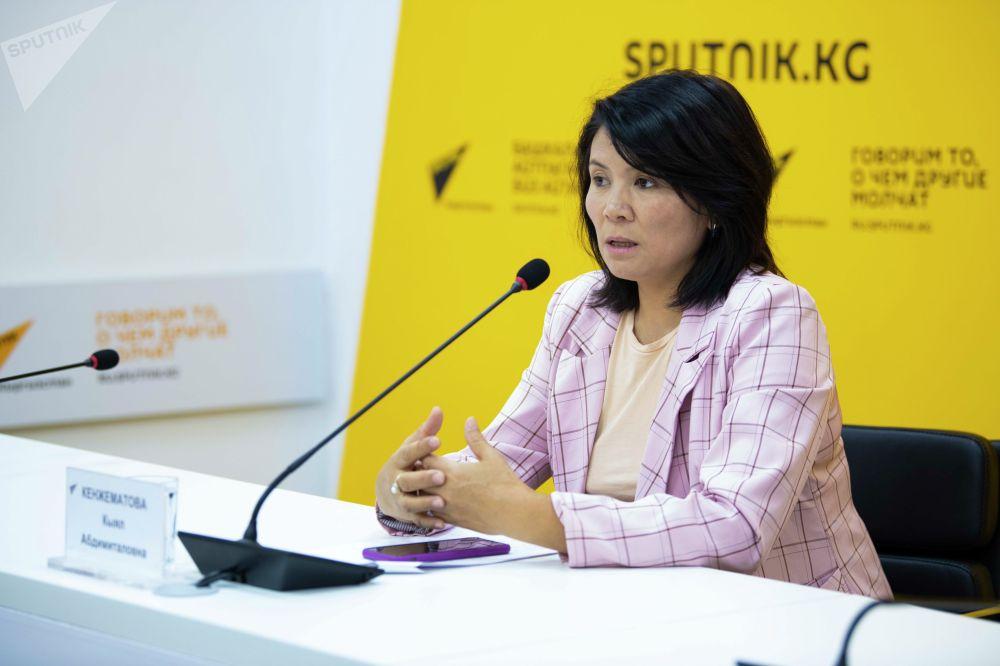 Заместитель директора Департамента туризма при Министерстве экономики и финансов Кыял Кенжематова во время брифинга в пресс-центре Sputnik Кыргызстан