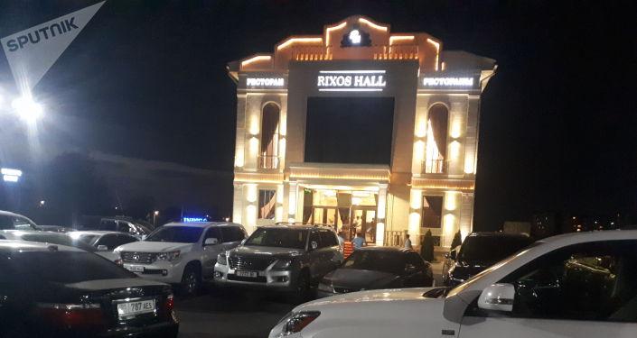 Один из бишкекских ресторанов, где проходит банкет депутатов после завершения внеочередной сессии. 29 июля 2021 года