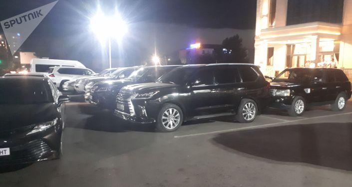 Автомобили депутатов в одном из бишкекских ресторанов после завершения внеочередной сессии. 29 июля 2021 года
