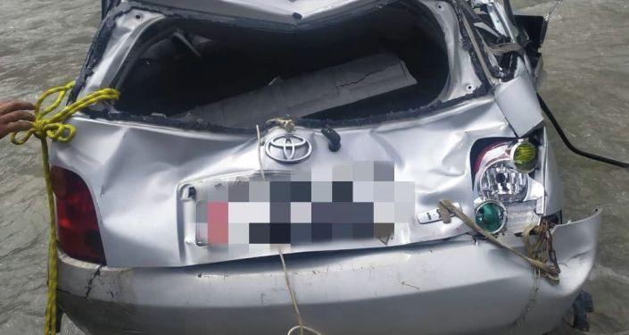 Машина съехала с дороги и упала в реку Гульчу в селе Кызыл-Коргон Ошской области. 30 июля 2021 года