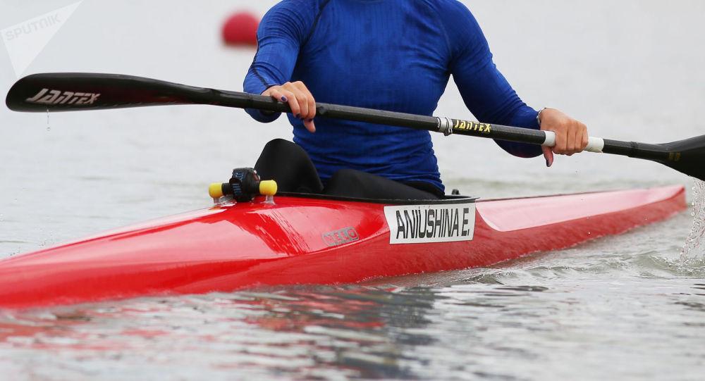 Спортсменка на тренировке по гребле на каноэ. Архивное фото