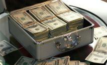 Чемоданчик с долларами США. Иллюстративное фото