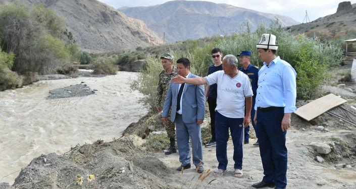 Председатель Кабинета Министров Улукбек Марипов Кыргызстана в ходе рабочей поездки в Таласскую область встретился с жителями Кара-Бууринского района, где недавно сошёл сель