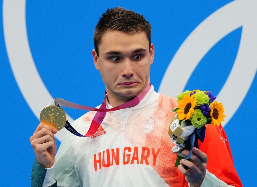 Венгерский пловец Кристоф Милак стал олимпийским чемпионом на дистанции 200 метров баттерфляем. Эмоции переполняли спортсмена, но запомнился его взгляд на подаренные цветы.