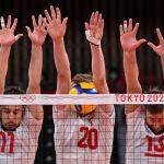 Ответственный момент на турнире по волейболу — сразу три польских игрока пытаются отбить мяч за сетку