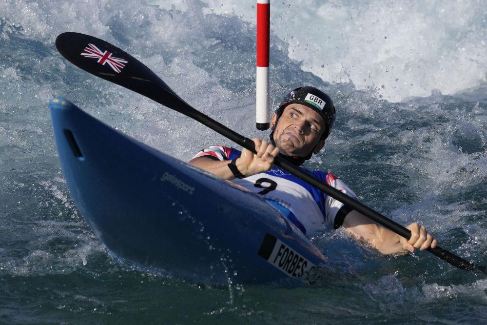 Британский спортсмен Брэдли Форбс-Крайанс, похоже, был настроен серьезно: в гребном слаломе он угрожающе смотрел направо