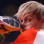 Фотограф запечатлел момент, когда нога соперницы попала по носу гандболистке из Венгрии Жужанне Томори. Травму спортсменка не получила.