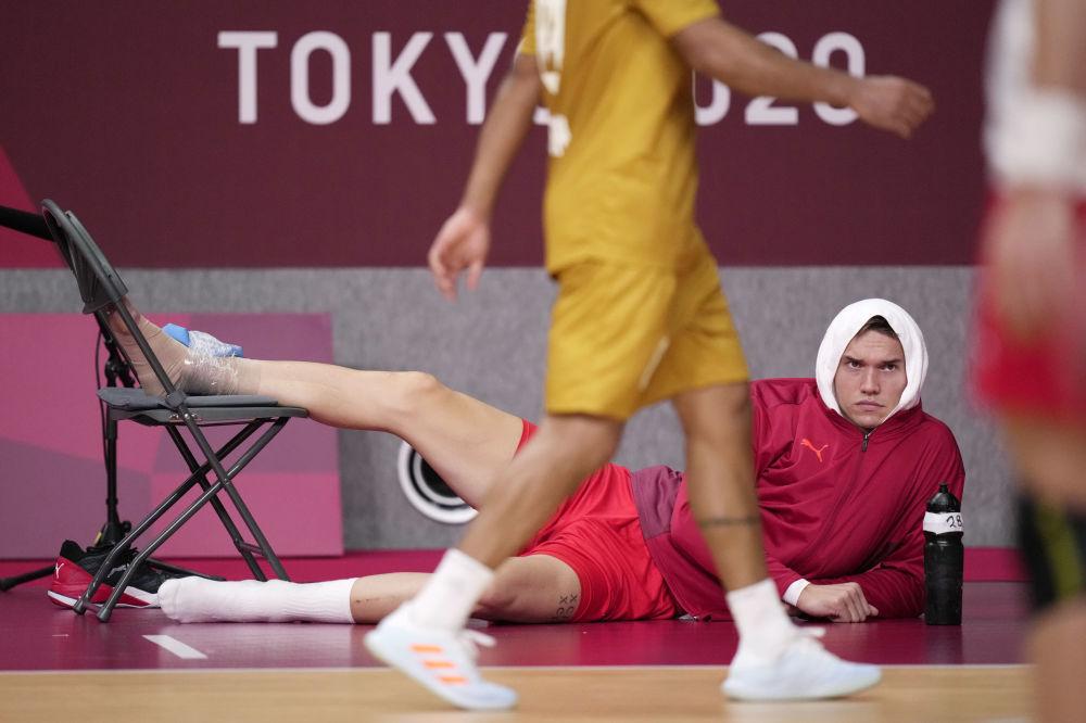 Датский гандболист Лассе Андерссон получил травму во время матча. Он досматривал игру в лежачей позе и с таким выражением лица.