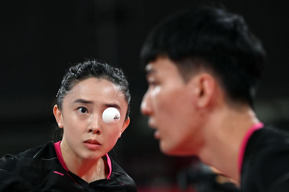 Не перестаем удивляться работе фотографов. Теннисный мячик удачно остановился на уровне глаза корейской спортсменки Ли Сан Су.