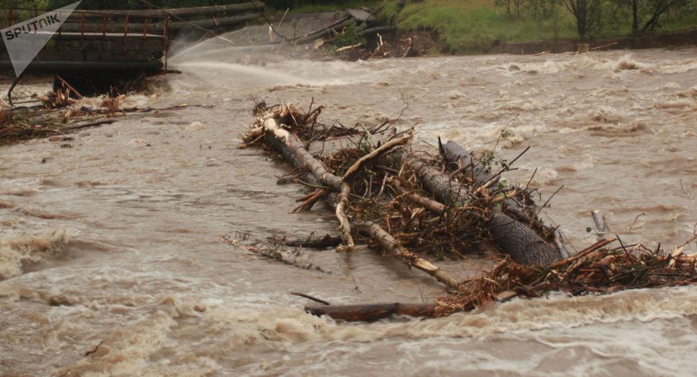 Обвалившийся из-за паводка мост. Иллюстративное фото