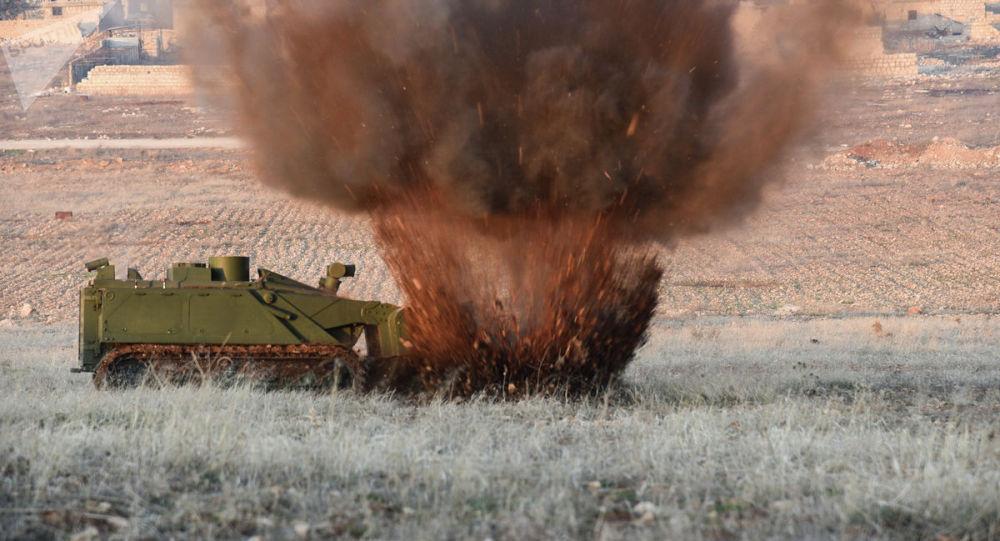 Военные инженеры сводного отряда Международного противоминного центра Вооруженных сил РФ во время работы. Архивное фото