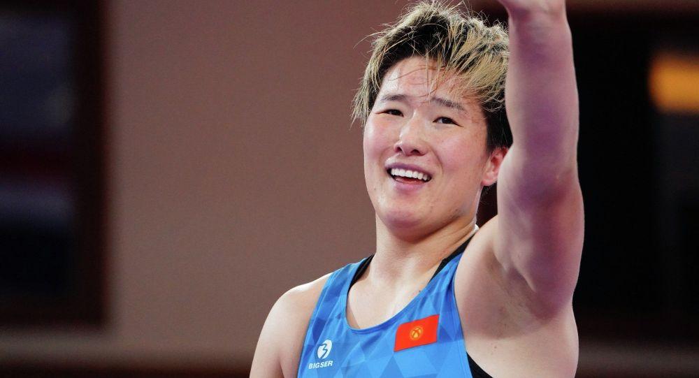 Борец Айпери Медет Кызы после победы над монголкой Насанбурмаа Орчирбат на соревнованиях по женской борьбе