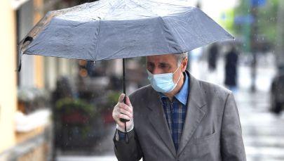Мужчина в медицинской маске. Архивное фото
