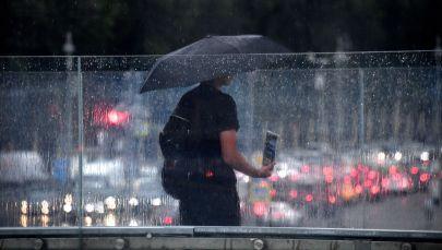 Мужчина под зонтом. Архивное фото