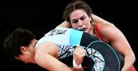 Аделина Мария Грей (в красном) из США борется с Айпери Медет Кызы из Кыргызстана в полуфинальном поединке по вольной борьбе среди женщин в весовой категории до 76 кг во время Олимпийских игр 2020 года в Токио. 1 августа 2021 года