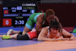 Мээрим Жуманазарова (в красном) во время схватки с Блессинг Оборудуду из Нигерии