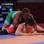 Мээрим Жуманазарова (68 килограмм) Олимпиада мелдешинин чейрек финалында кара күчкө бай нигериялык (көк кийимчен) Блессинг Оборудудуга каршы партерде коргонуп жатат. 2-август, 2021-жыл.
