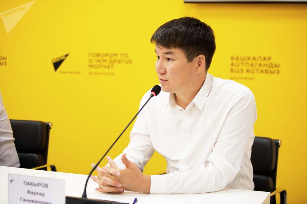 Исполнительный директор бизнес-ассоциации ЖИА Фархад Пакыров на брифинге в пресс-центре Sputnik Кыргызстан
