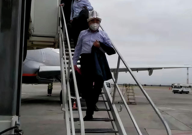 Находившийся в розыске, бывший президент КР Аскар Акаев спускается по трапу в аэропорту Манас в Бишкеке. 02 августа 2021 года