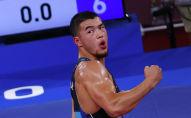 Борец Акжол Махмудов празднует победу над Карапетом Чаляном на полуфинале Олимпийских игр в Токио