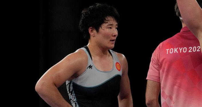 Айпери Медет Кызы из Кыргызстана после проигрыша американке Аделина Мария Грей в полуфинальном поединке по вольной борьбе среди женщин в весовой категории до 76 кг на Олимпийских играх 2020 года в Токио. 1 августа 2021 года