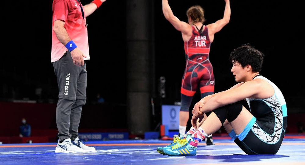 Айпери Медет кызы из Кыргызстана после проигрыша Ясемин Адар из Турции в схватке за бронзовую медаль на Олимпийских играх Токио-2020. 2 августа 2021 года